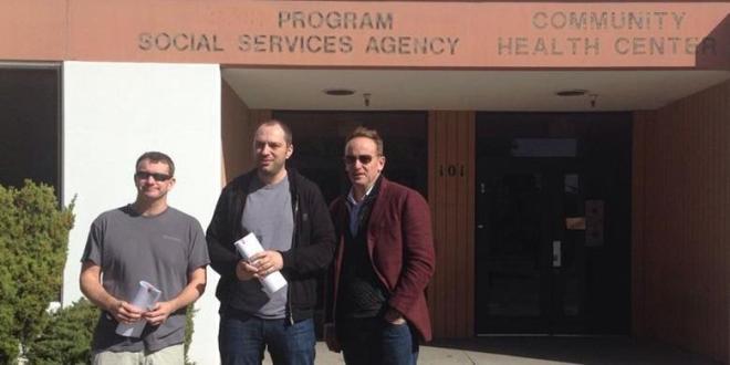 Brian Acton (kiri), Jan Koum (tengah) dan Jim Goetz dari Sequoia Capital berfoto di depan bekas kantor Dinas Sosial North County usai meneken perjanjian dengan Facebook. Sejak dulu, Koum dan Acton selalu konsisten menjaga layanan perusahaan itu agar tetap sederhana dan berfokus pada pengiriman pesan serta bebas iklan