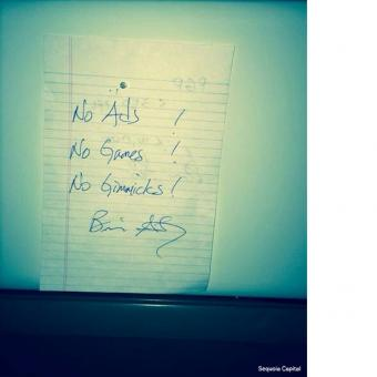 Secarik kertas berisi motto WhatsApp yang ditulis tangan oleh Brian Acton menghiasi ruang kantor Jan Koum