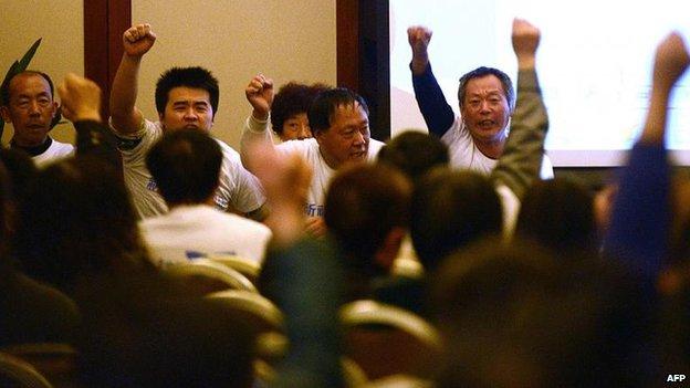 Anggota keluarga penumpang Cina marah kepada para pejabat Malaysia dalam pertemuan di Beijing