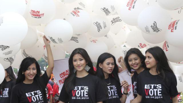 Model mengenakan kaos dengan pesan ajakan agar rakyat Indonesia ikut memilih.