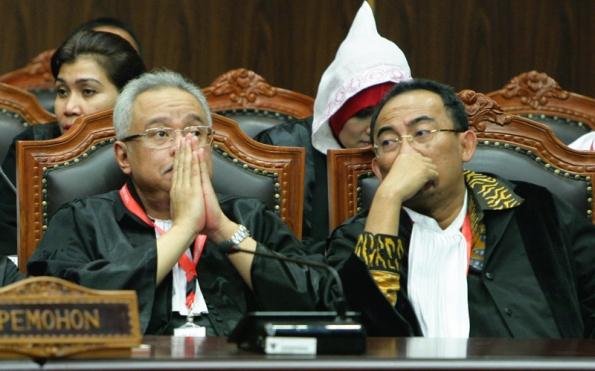 Ekspresi kuasa hukum pasangan Prabowo Subianto-Hatta Rajasa, Mahendrata (kiri) dan Firman Wijaya (kanan) usai pembacaan putusan perselisihan hasil pemilihan umum presiden dan wakil presiden (PHPU Presiden 2014), Kamis (21/8) di Ruang Sidang Pleno Gedung MK. Foto Humas/Ganie