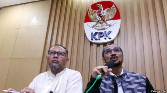 Ketua KPK Abraham Samad (kanan) dan deputinya Bambang Widjojanto yang sekarang sudah non-aktif karena proses hukum.