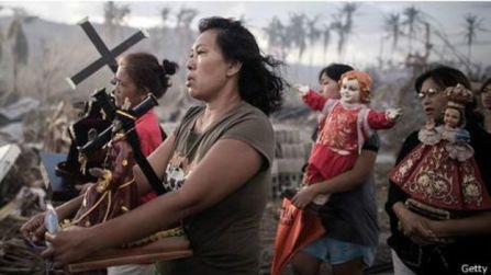 Di Filipina, mereka yang selamat dari badai topan Haiyan melakukan prosesi keagamaan.