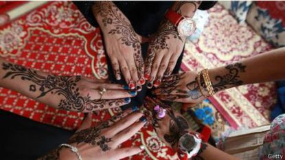 Gadis-gadis di Yaman mendandani tangan mereka dengan desain tradisional menggunakan henna saat merayakan akhir bulan Ramadan.