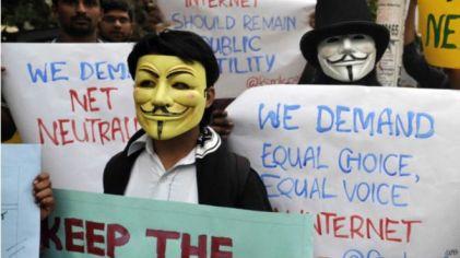 Pegiat di New Delhi, India, memprotes kebijakan yang dianggap bisa membahayakan netralitas internet