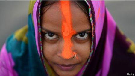Seorang warga Hindu India menjelang perayaan Festival Chhat.