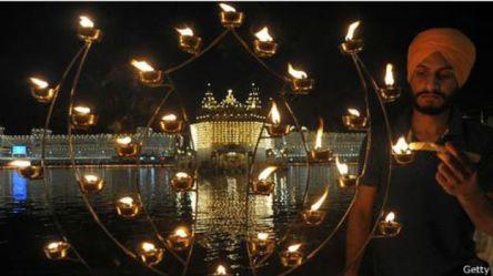 Seorang warga India Sikh menyalakan lilin pada upacara Bandi Chhor Divas atau Diwali.