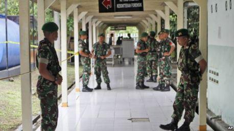 Tentara Indonesia di rumah sakit kepolisian di Surabaya, Jawa Timur