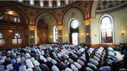 Warga Muslim di Azerbaijan sembahyang pada saat Idul Fitri.