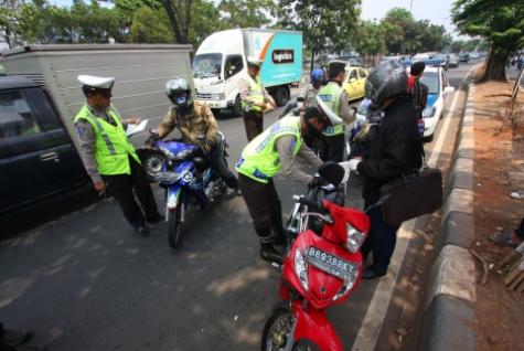 Hindari 12 pelanggaran lalu lintas ini jika kamu tidak mau berurusan dengan aparat polisi di jalan raya