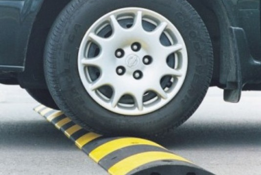 alat-pembatas-kecepatan-kendaraan-atau-yang-kerap-disebut-polisi-tidur-_140707103132-720